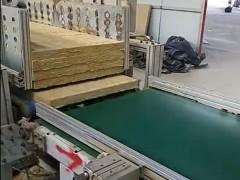 岩棉板生产线正在工作